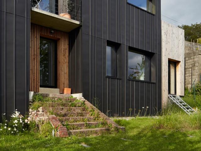 Accès direct sur le jardin pour la partie nuit   - Une maison en zinc noir posée sur un mur en brique