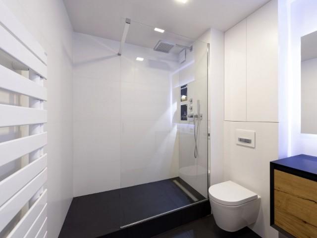 Une salle de bains en noir et blanc pour un style intemporel - une salle de bains pleine de subitlité