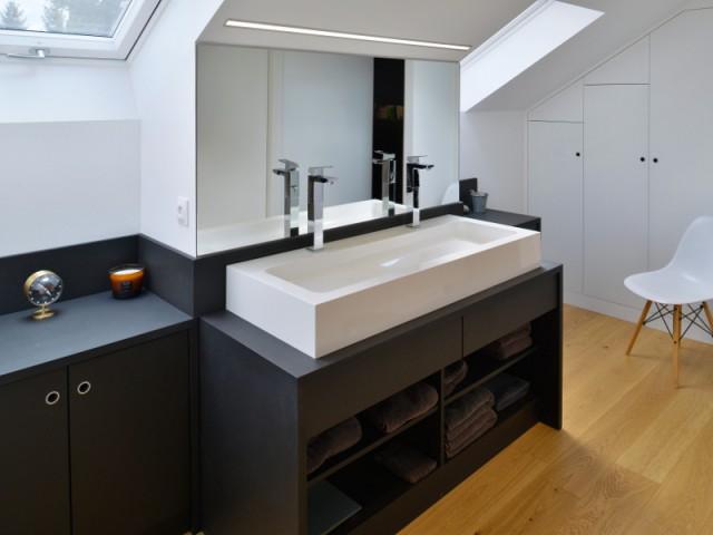 Une salle de bains et un dressing sous les toits