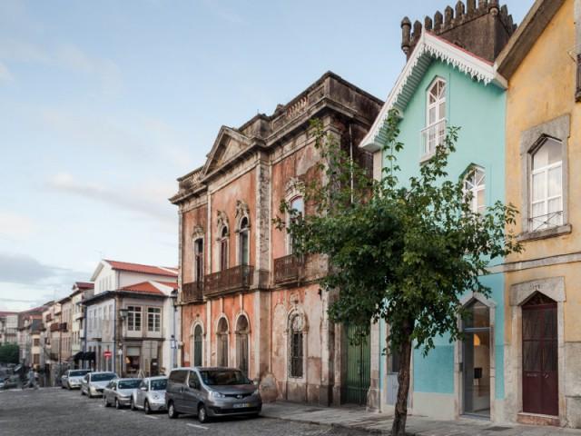 Une façade turquoise en souvenir d'une architecture inspirée du Brésil