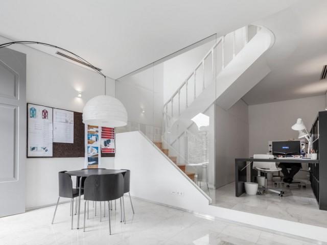 Un bureau au rez-de-chaussée en noir et blanc