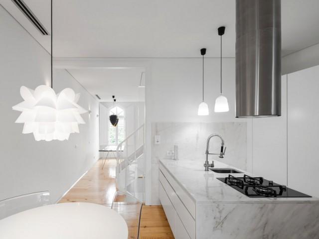 Une cuisine lumineuse et contemporaine grâce au marbre et aux placards blancs