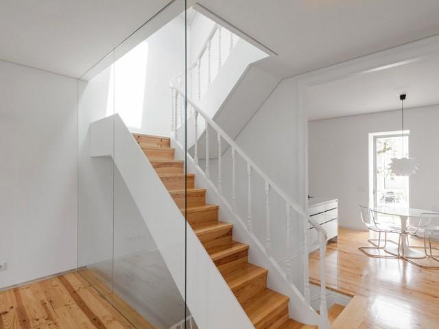 Un escalier central tout en discrétion