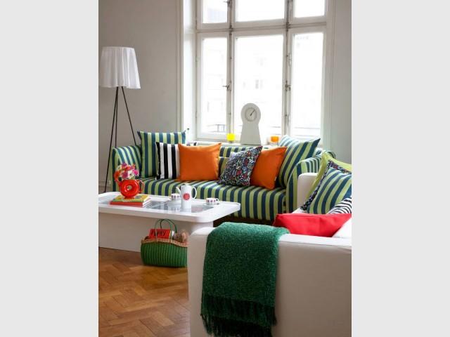 Tendance Greenery : un canapé rayé vert foncé et vert clair