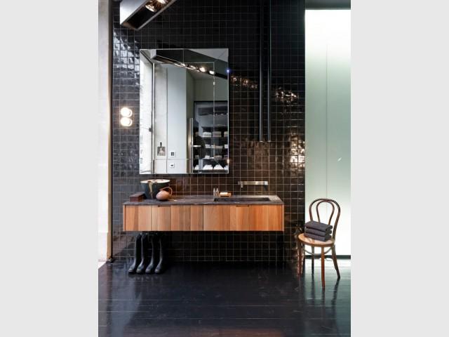 Un parquet noir pour une salle de bains tout en brillance