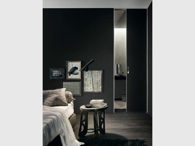 Un parquet noir pour une chambre monochrome