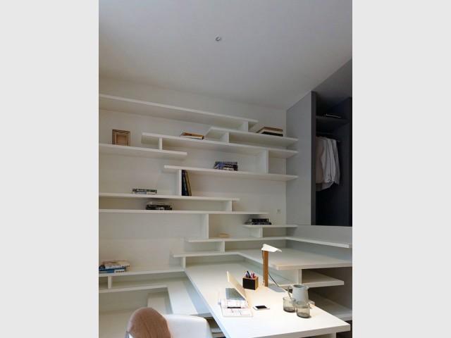 Un pan de mur entier dédié au rangement - Un studio organisé autour d'un bloc multifonction