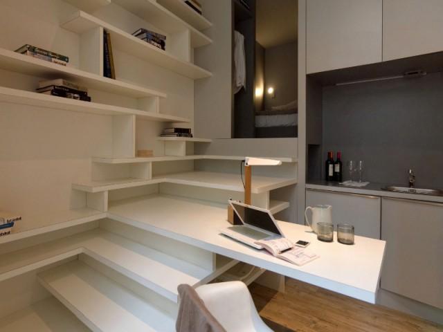 L'escalier, colonne vertébrale de l'appartement - Un studio organisé autour d'un bloc multifonction