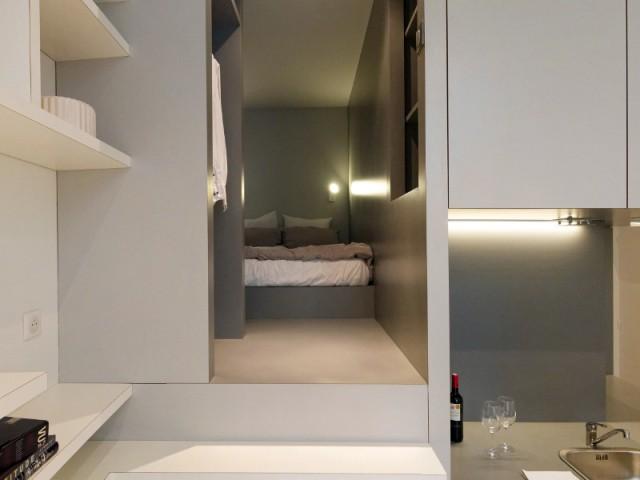 Une chambre comme un nid perché - Un studio organisé autour d'un bloc multifonction
