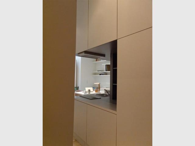 Une cuisine tout en discrétion - Un studio organisé autour d'un bloc multifonction