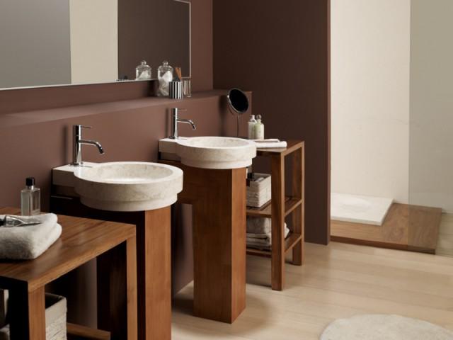 Une salle de bains qui mise sur le duo marbre et bois - Le marbre fait son come-back dans les salles de ba