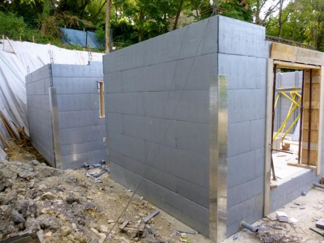 Une villa en construction adossée à un talus