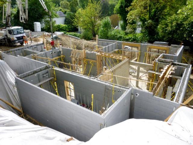 Vue du premier niveau de la villa en construction en Thermoform