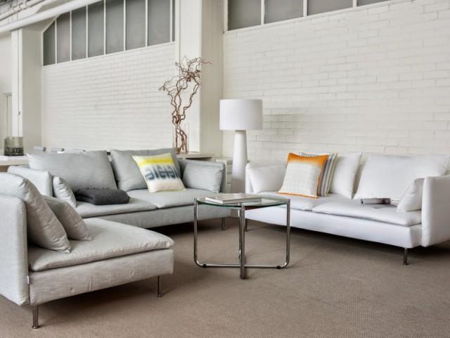 Un mur en briques blanches pour un salon monochrome
