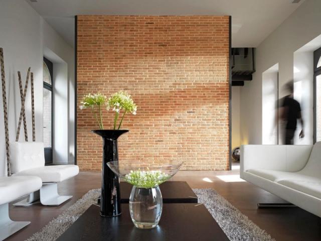 Un mur en briques rouges pour un salon urbain