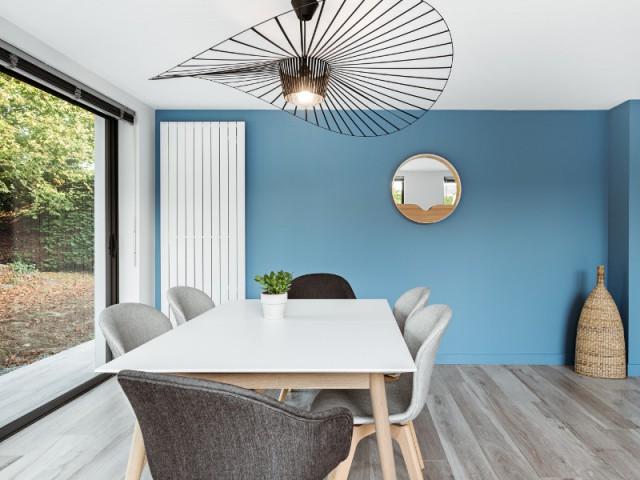 Une salle à manger spacieuse et lumineuse