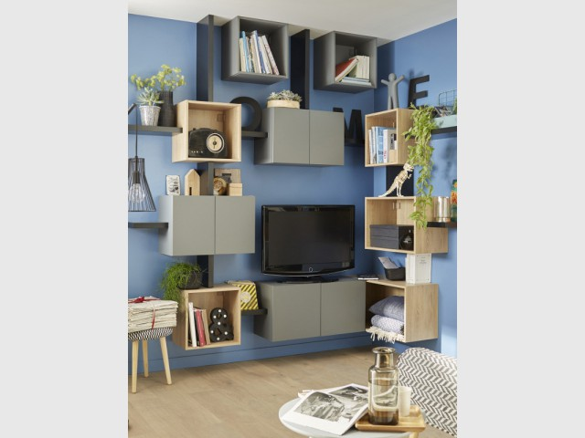 Un meuble télé graphique entouré de niches