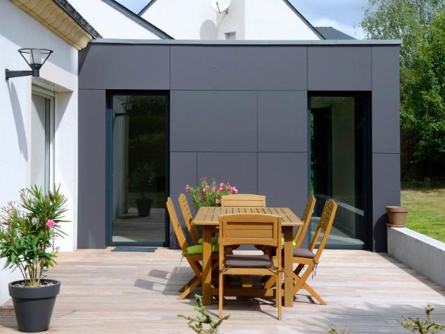 Un espace terrasse plus intime - Un pavillon agrandi et transformé par un cube