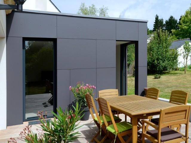 Une terrasse bois dans le prolongement de l'extension - Un pavillon agrandi et transformé par un cube