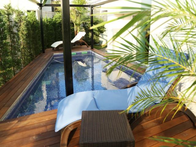 Un spacieux jacuzzi sublimé par de la mosaïque  - Un rez-de-jardin aussi lumineux qu'une maison