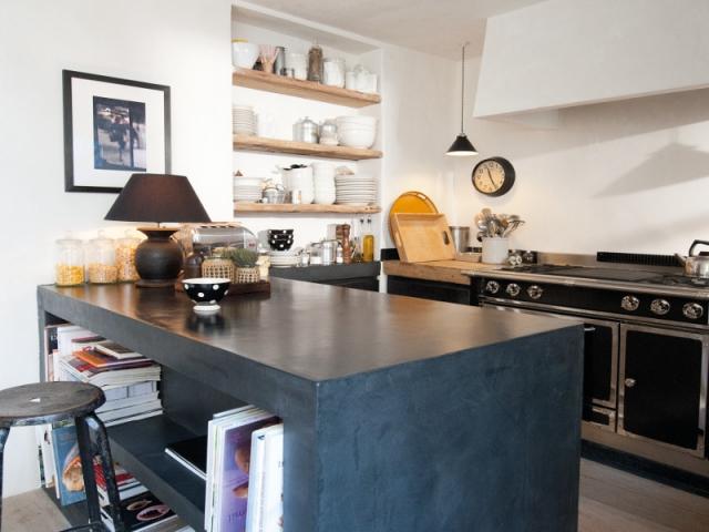 Une cuisine avec îlot et plan de travail en béton