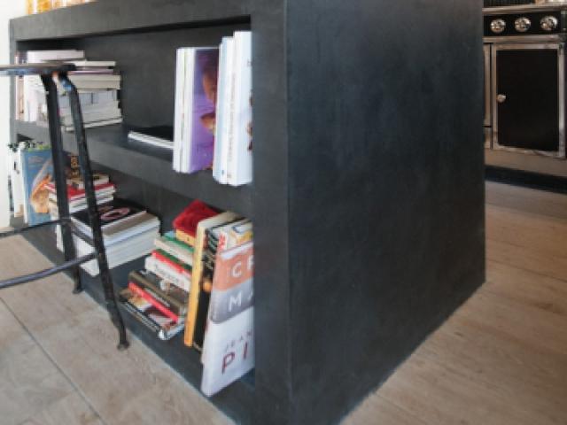 Des éléments maçonnés pour structurer la cuisine - Une cuisine avec îlot et plan de travail en béton