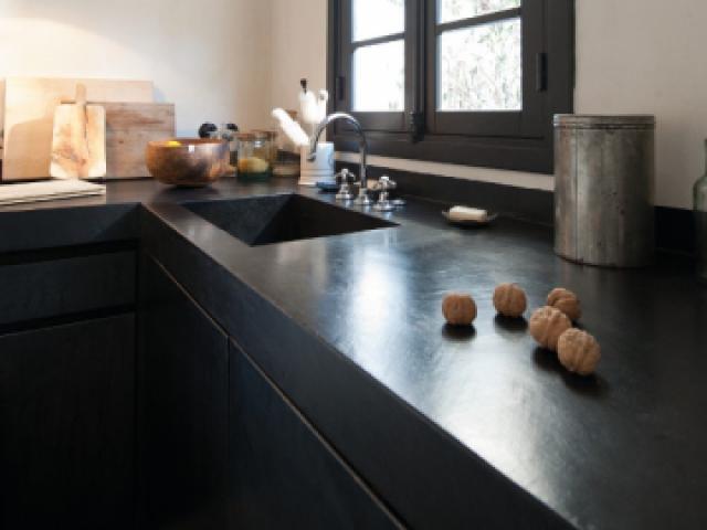 Traitement hydrofuge et anti-tâches - Une cuisine avec îlot et plan de travail en béton
