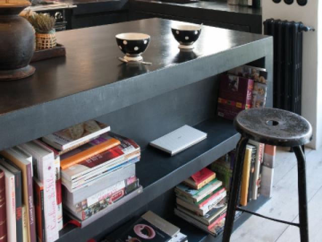Une cuisine avec un cachet brut - Une cuisine avec îlot et plan de travail en béton