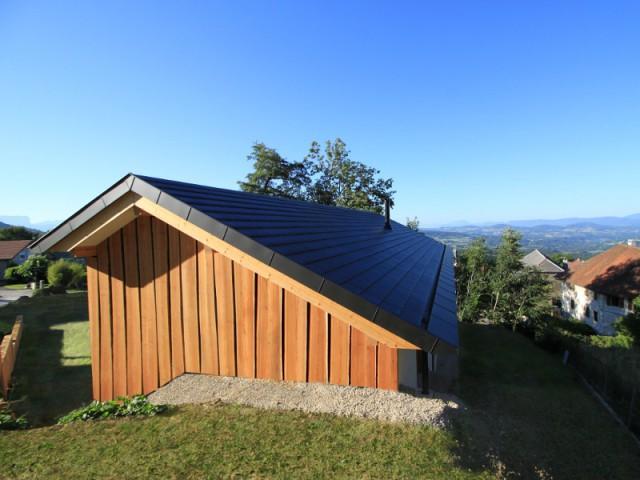 Une maison assise sur la montagne