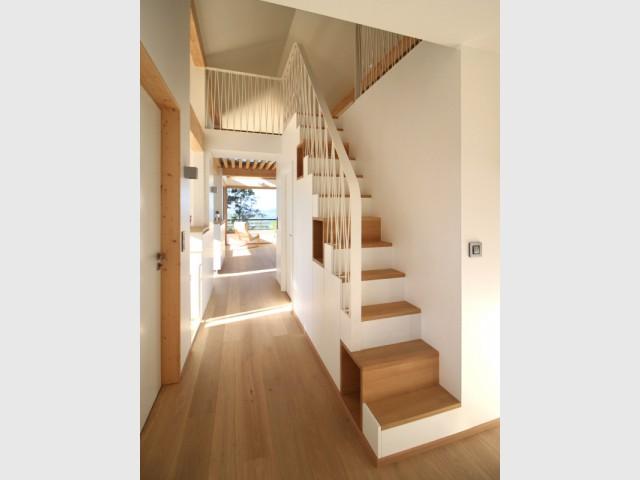 Un escalier-rangement contemporain