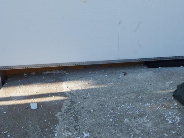 Mise en place d'un rail métallique sur la façade - Isolation thermique par extérieur pour une maison