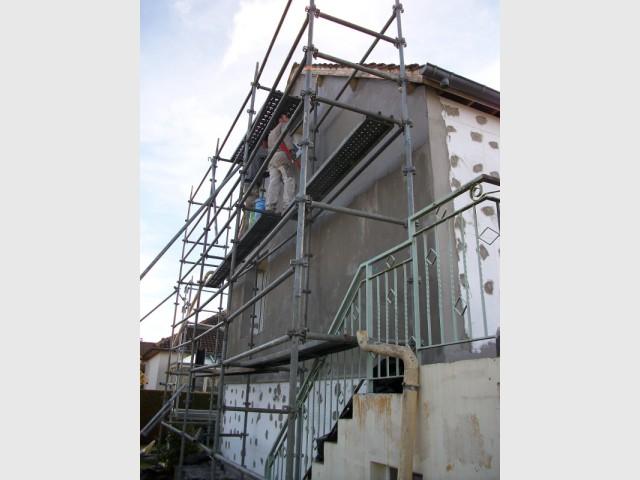 Des panneaux d'abord collés puis chevillés - Isolation thermique par extérieur pour une maison