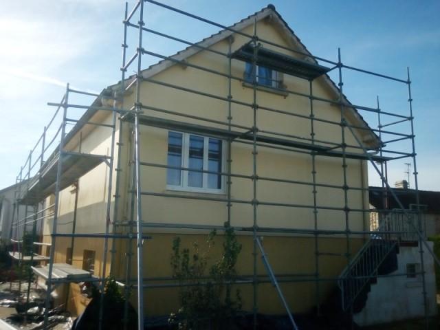 Ravalement de façade enduit aspect grésé - Isolation thermique par extérieur pour une maison