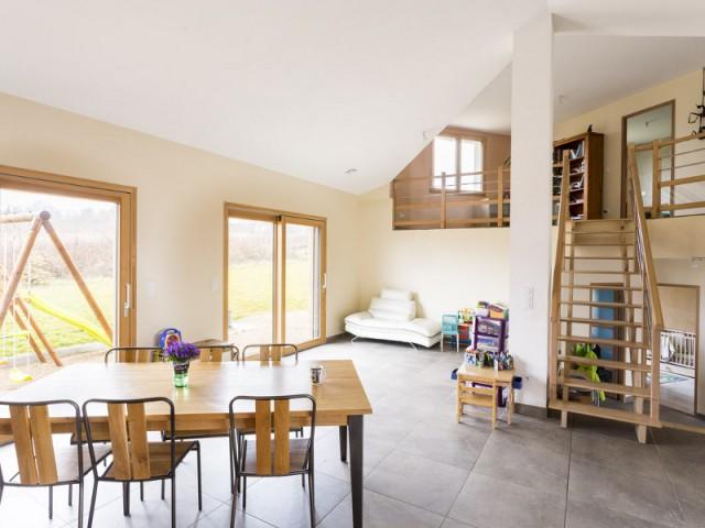 Une maison écologique du sol au plafond