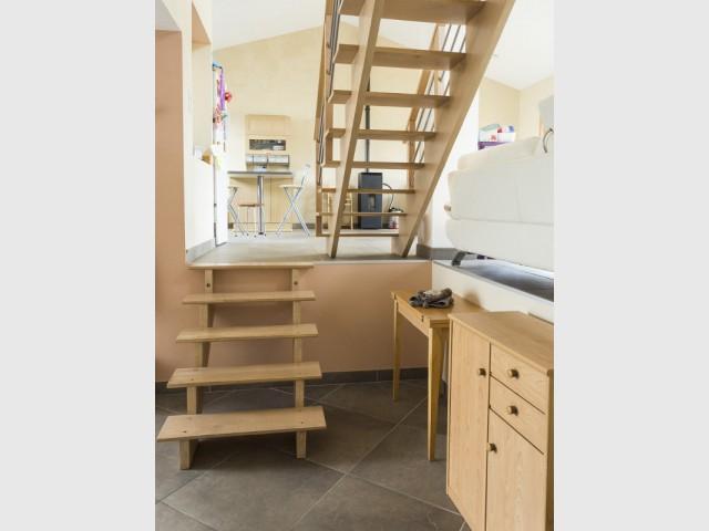 Un hall d'entrée avec un petit escalier