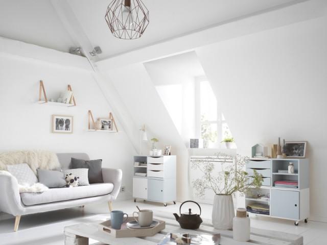 Du blanc dans le salon sous les toits pour une note de modernité - Total look blanc dans nos intérieurs