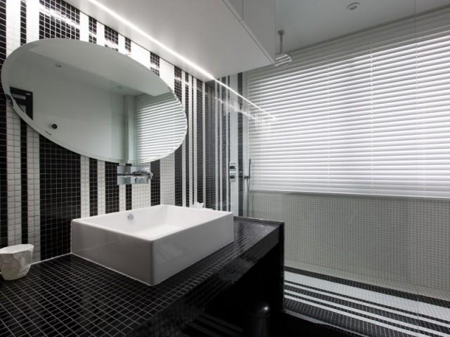 Un meuble sous vasque tout en longueur  - Une salle de bains graphique chic