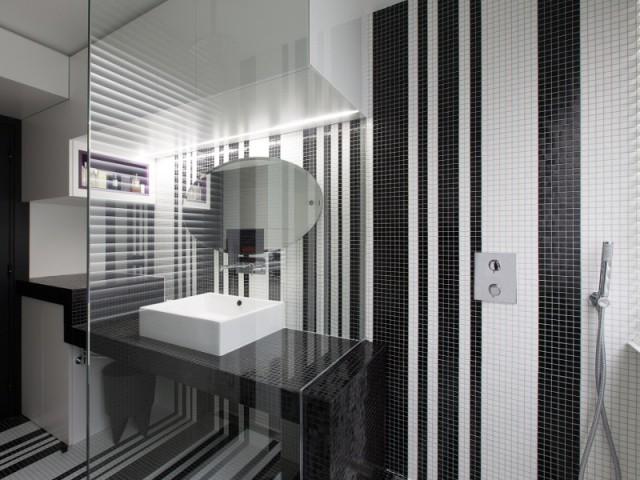 Un lavabo en escalier qui déborde sur la douche à l'italienne  - Une salle de bains graphique chic