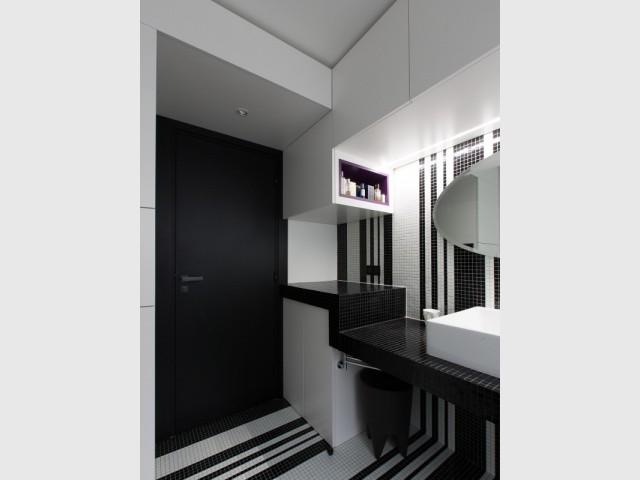 Un faux plafond pour créer du mouvement - Une salle de bains graphique chic