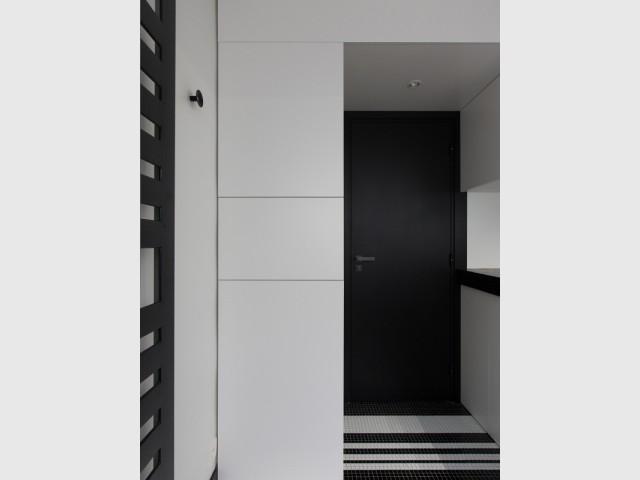 Des rangements invisibles pour un aménagement intérieur épuré - Une salle de bains graphique chic
