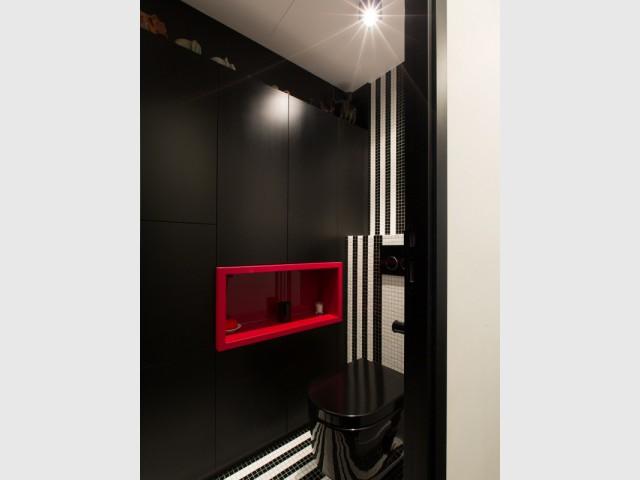 Des niches rouges rétroéclairées dans les toilettes - Une salle de bains graphique chic