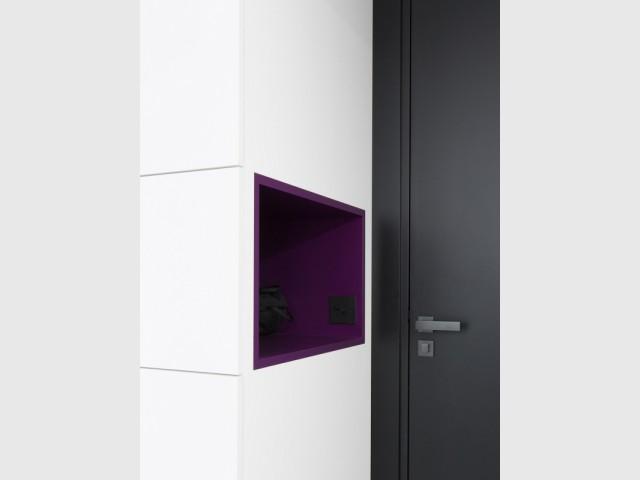 Du violet sur les murs pour une note florale - Une salle de bains graphique chic