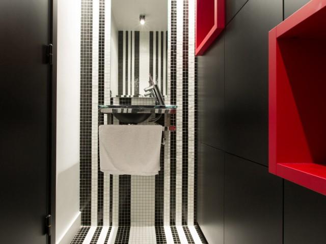 Un meuble-lavabo qui se cache dans le mur - Une salle de bains graphique chic