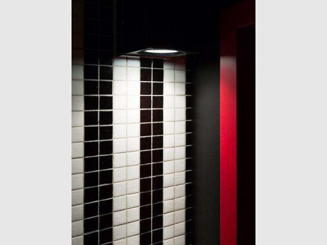 Une salle de bains ultra graphique grâce à sa cascade de mosaïque - Une salle de bains graphique chic