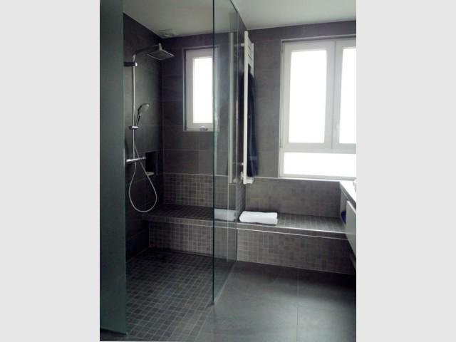Une cuisine transform e en salle de bains min rale et for Sdb petite surface