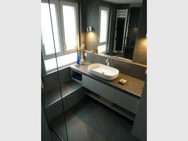 une cuisine transform e en salle de bains min rale et contemporaine. Black Bedroom Furniture Sets. Home Design Ideas