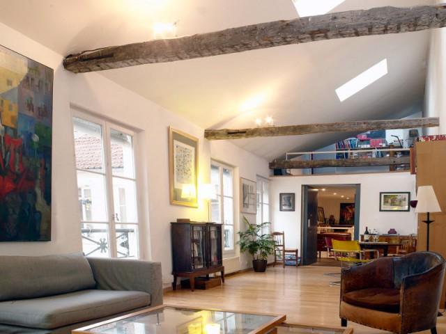 Un pièce à vivre éclairée par des fenêtres de toit