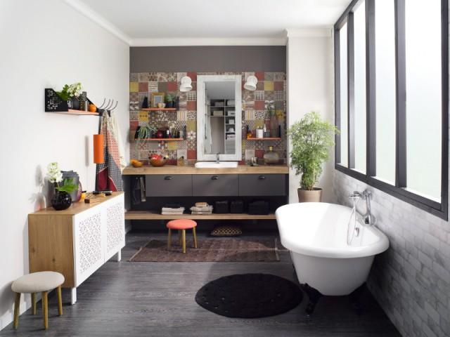 Pour une salle de bains contemporaine, un pan du mur enièrement recouvert de carreaux de ciment  - Les carreaux de ciment investissent votre maison