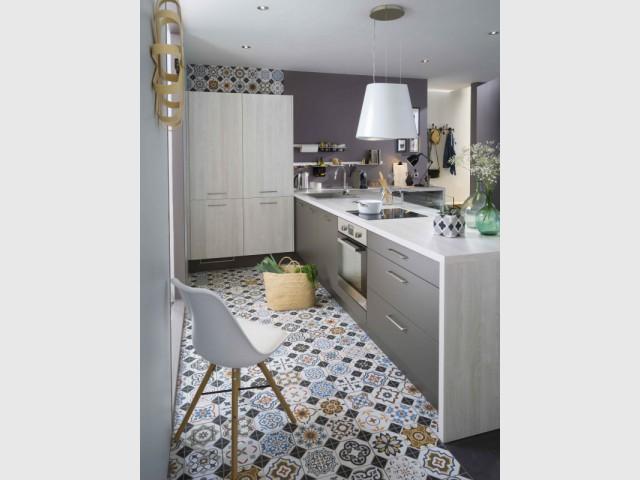 Pour une cuisine, un bandeau de couleur avec des carreaux de ciment  - Les carreaux de ciment investissent votre maison