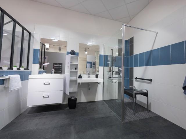 Une salle de bains accessible pour un couple